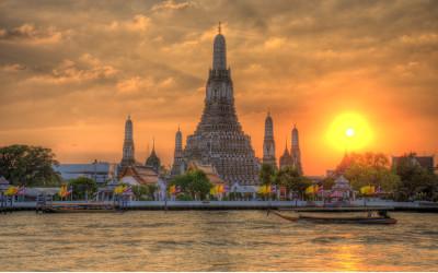 Eine der bekanntesten Sehenswürdigkeiten in Bangkok, der War Arun Tempel