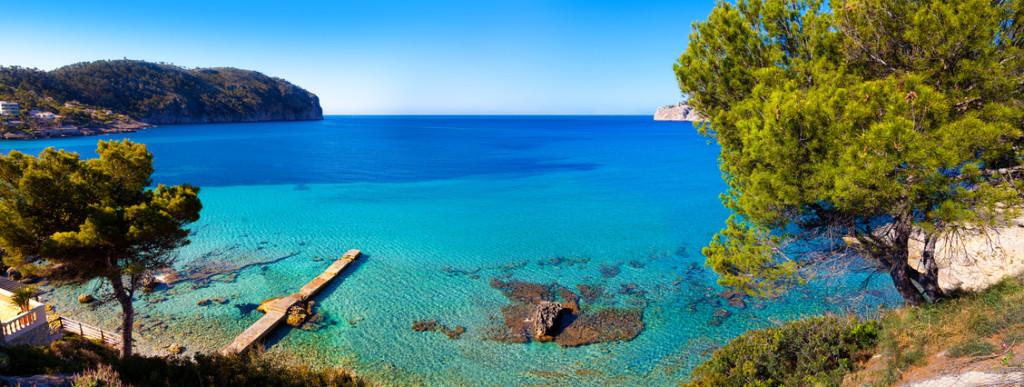 Blick auf eine Bucht vor Mallorca, Spanien.