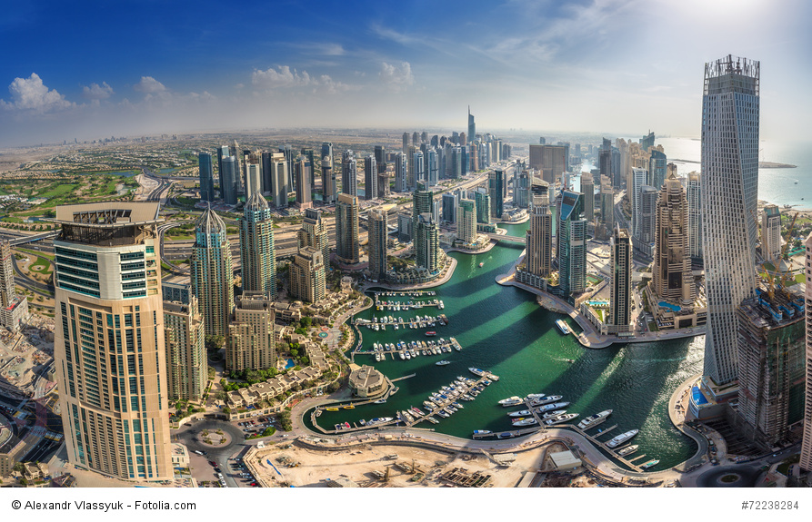 Strandurlaub in Dubai, Blick auf die Skyline und dahinter liegende Strände in Dubai