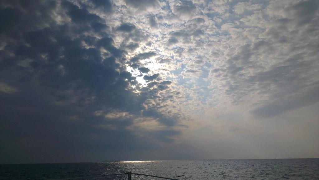 Sonnenuntergang auf einem Segelschiff in Kroatien, kleine Wolken sind am Himmel zu sehen