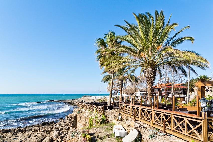 Ein Restaurant in Side, Blick auf das Meer vor der Türkischen Riviera