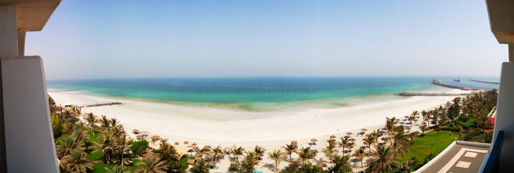 Der Strand und das türkisblaue Meer in Ajman
