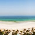 Panoramablick über den Strand und das türkisblaue Meer, während eines Urlaubs in den Vereinigten Arabischen Emiraten aufgenommen
