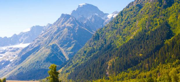 Berg im Sommer, Schneebedeckt