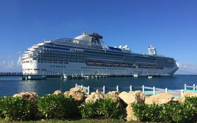 Kreuzfahrtschiff von Land aus Fotografiert