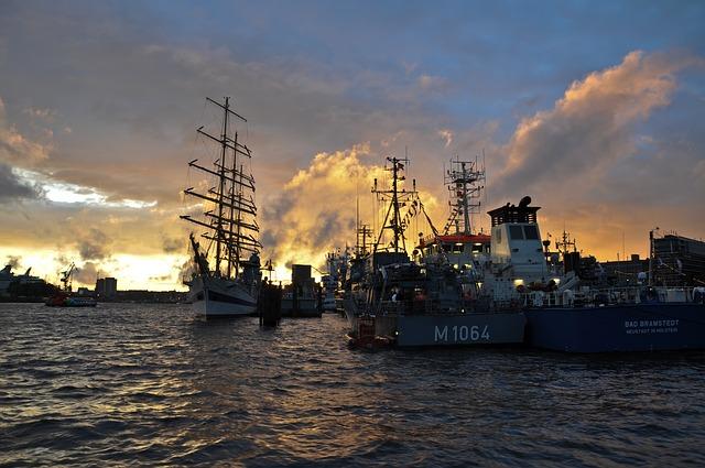 Motorboote und Segelschiffe am Hamburger Hafen