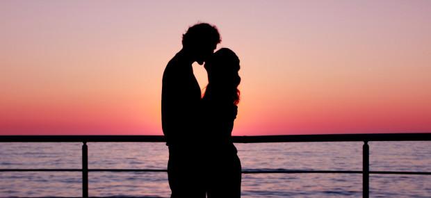 Romantik Urlaub Bild bei Sonnenuntergang am Meer