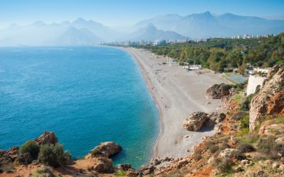 Urlaub an der Türkischen Riviera, Panoramablick über den Konyaalti Strand in Antalaya
