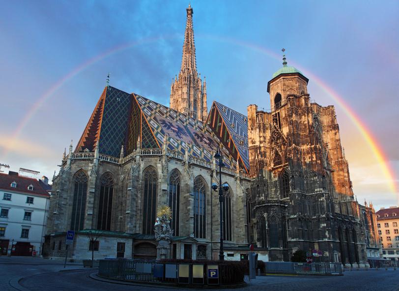 Bild des Stephansdoms in Wien, im Hintergrund befindet sich ein Regenbogen