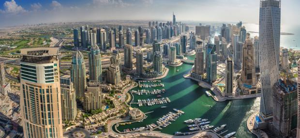 Urlaub in Dubai, Skyline und Hafen der Stadt von einem Hochhaus aus gesehen, bei Tag