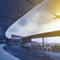 Günstige Flüge von deutschen Flughäfen, Bild eines Terminals mit einem Flugzeug am Himmel