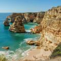 Felsen und Klippen an der Küste der Algarve in Portugal