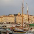 Boote und Menschen im Yachthafen von Saint Tropez, Frankreich
