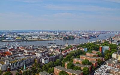 Panoramablick über Hamburgs Sehenswürdigkeiten an der Elbe