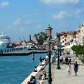 Kreuzfahrtschiff fährt am Hafen von Venedig ein