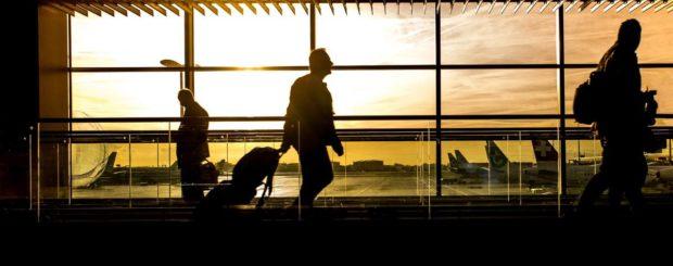 Flughafen mit Sonnenuntergang und Menschen